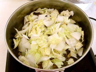 黑白菜,加入白菜片,翻炒1分钟