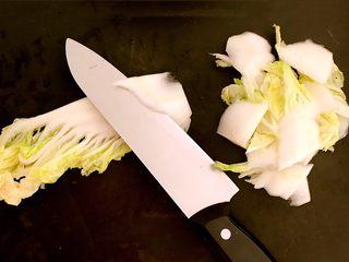 黑白菜,白菜叶清洗干净后,斜刀切成薄片
