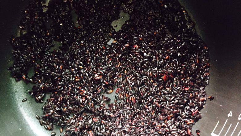 软糯香甜黑米粥~电饭锅版,将黑米倒入电饭锅内胆
