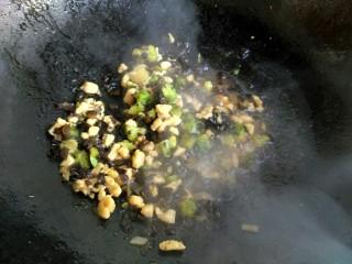黎麦饭团,食材全部熟了,水收干,加少许盐翻炒均匀,就可以把火关掉了