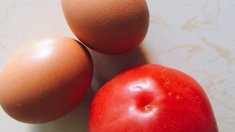 西红柿蛋花汤,准备<a style='color:red;display:inline-block;' href='/shicai/ 9'>鸡蛋</a>和<a style='color:red;display:inline-block;' href='/shicai/ 3551'>西红柿</a>