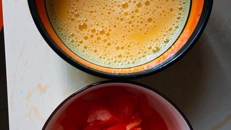 西红柿蛋花汤,准备好的西红柿切小块、鸡蛋搅开