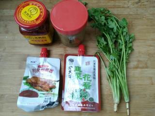 教你调制一碗美味的火锅蘸料,准备食材。