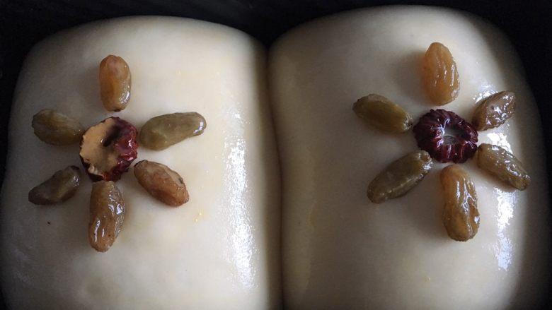 70%中种北海道吐司,涂上一层蛋液,可以点缀点干果