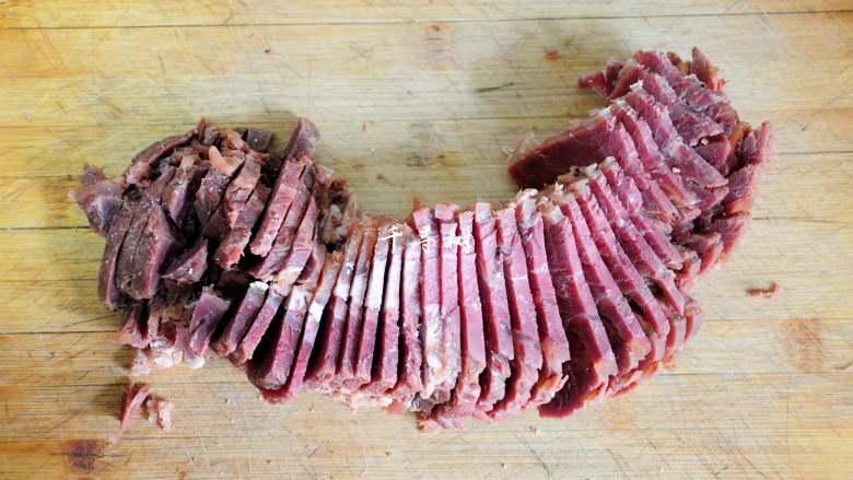 """回锅牛肉炒青椒蒜苗 五香牛肉的新吃法,经常下厨的人都知道""""横切牛羊,竖切猪,斜切鸡,顺切鱼"""";看清牛肉的纹路走向,横着切成片。"""