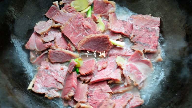 回锅牛肉炒青椒蒜苗 五香牛肉的新吃法,加入一碗热水,烧开。