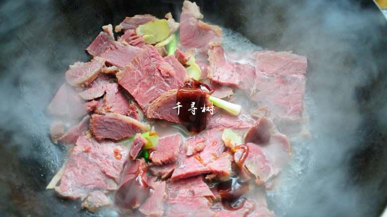 回锅牛肉炒青椒蒜苗 五香牛肉的新吃法,倒2勺<a style='color:red;display:inline-block;' href='/shicai/ 721'>蚝油</a>入锅,翻匀。