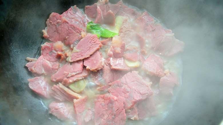回锅牛肉炒青椒蒜苗 五香牛肉的新吃法,大火烧开后,转小火加上盖子炖煮10分钟,这样牛肉片会被完全煮透了,五香味也会煮出来。