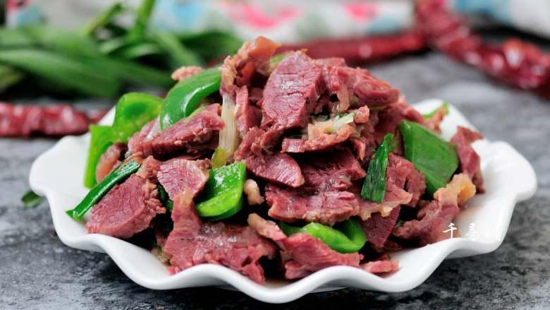 回锅牛肉炒青椒蒜苗 五香牛肉的新吃法,盛盘端上桌吧。