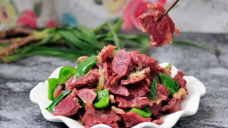 回锅牛肉炒青椒蒜苗 五香牛肉的新吃法,细节更是诱人。