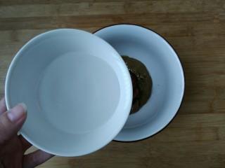 教你调制一碗美味的火锅蘸料,先加入少量清水搅拌均匀。(先少量加水的目的是先把所有食材搅拌均匀)