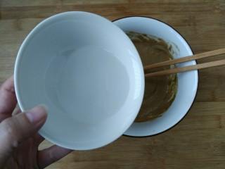 教你调制一碗美味的火锅蘸料,继续少量一点点加入清水,一边加入一边搅拌。