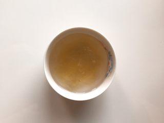 下午茶の草莓慕斯,将制作慕斯层的两片吉利丁片放入可以喝的冷水中泡软。(制作镜面的1片吉利丁片分开泡)