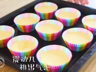 12m+无水蜂蜜蛋糕(宝宝辅食),上下震动几下,排除气泡~