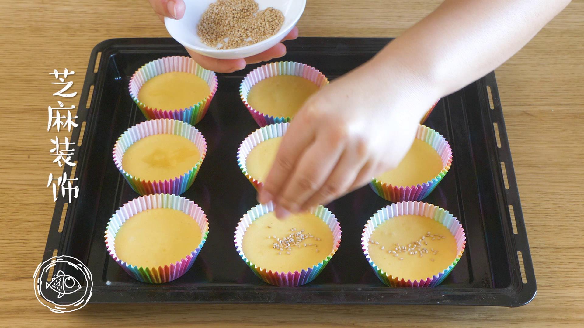 12m+无水蜂蜜蛋糕(宝宝辅食),撒上芝麻装饰,烤箱180度预热5分钟~</p> <p>