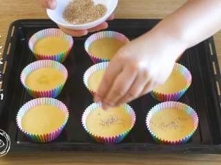 12m+无水蜂蜜蛋糕(宝宝辅食),撒上芝麻装饰,烤箱180度预热5分钟~