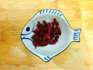 暖冬系列~滋补养生之红枣枸杞萝卜大骨汤,枸杞洗净,沥干水分,备用