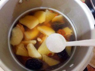 暖冬系列~滋补养生之红枣枸杞萝卜大骨汤,25分钟后熄火,待高压锅气阀降落,可以打开盖子时,加入一小勺细盐,搅拌一下,即可
