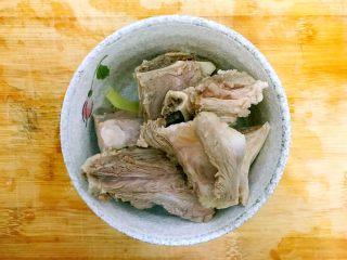 暖冬系列~滋补养生之红枣枸杞萝卜大骨汤,捞起猪大骨,用温水冲洗一下,洗去表面的脏东西