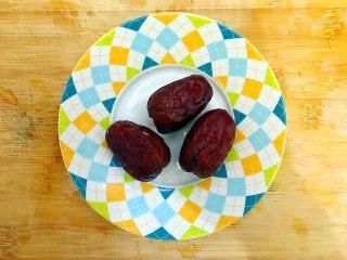 暖冬系列~滋补养生之红枣枸杞萝卜大骨汤,大红枣洗净,备用