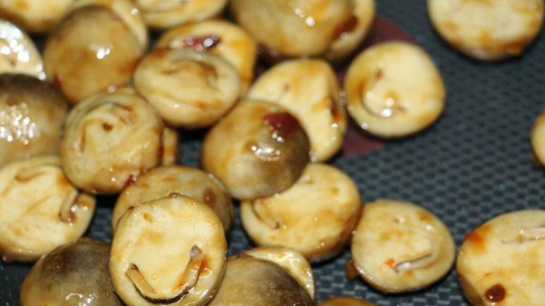 草菇炒肉片,快速翻炒均匀