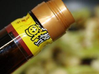干锅花菜,下酱油,翻炒均匀