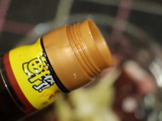 粉肠猪肝粥,放入酱油
