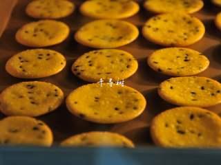 黑芝麻鸡蛋瓦片饼干 根本停不下来的宝宝零食,10分钟左右,饼干周围一圈开始有一点点颜色。