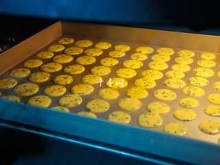 黑芝麻鸡蛋瓦片饼干 根本停不下来的宝宝零食,烤箱提前预热180度,在蛋糊搅拌好的时候就可以开始预热烤箱了,烤箱预热好了烤盘也挤满了。放中层,上下火180度烤制。