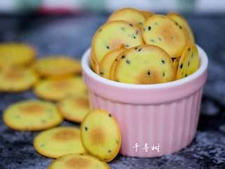 黑芝麻鸡蛋瓦片饼干 根本停不下来的宝宝零食,颜色金黄,蛋香浓郁,自己做的真材实料就是不一样。