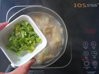 #宝宝辅食#补锌青口馄饨,出锅前撒入芹菜末搅拌均匀即可