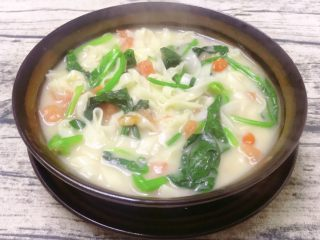 鲫鱼汤菠菜面,一碗味道鲜美、热呼呼的鲫鱼汤菠菜面就好了