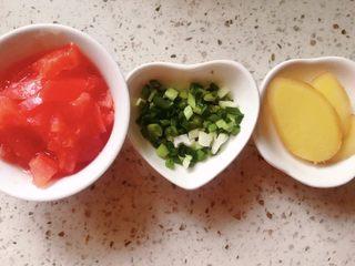 鲫鱼汤菠菜面,番茄、香葱、生姜洗净沥干切好备用