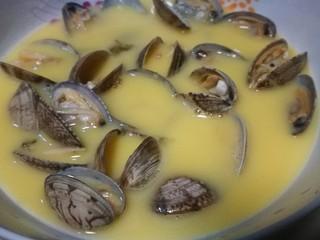 微波炉美食+花蛤蒸蛋,把蛋液倒入盘中