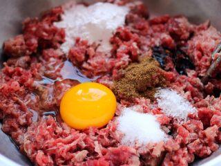 翡翠白玉蒸饺,牛肉馅里加入打散的鸡蛋、白糖、味精和花椒粉搅拌均匀