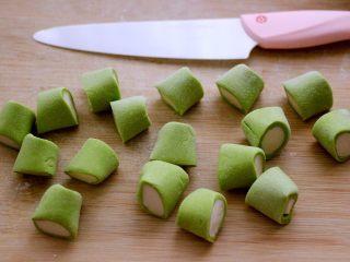 翡翠白玉蒸饺,滚圆后用刀切成大小一致的剂子