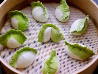 翡翠白玉蒸饺,把好的饺子放入蒸笼里