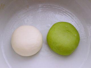 翡翠白玉蒸饺,另一半面粉和成白色面团后醒发半个小时