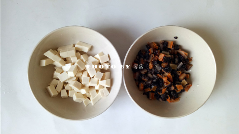 海参豆腐羹,嫩豆腐切小方块;海参切丁;