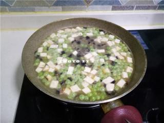 海参豆腐羹,放入嫩豆腐,大火煮开转中火;