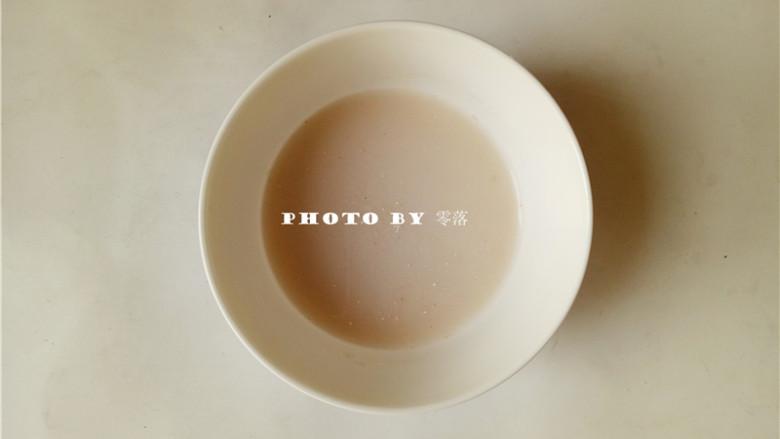 海参豆腐羹,淀粉同适量清水混合,搅拌均匀;