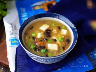 海参豆腐羹,将食材盛出;【海参豆腐羹】做好啦。