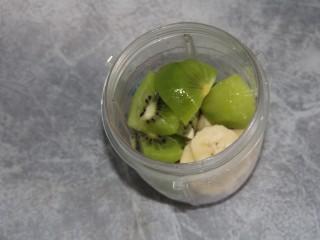 猕猴桃香蕉奶昔,剩下的猕猴桃块和香蕉片放入料理杯