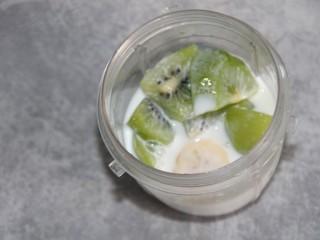 猕猴桃香蕉奶昔,再加150ml牛奶