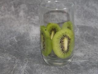猕猴桃香蕉奶昔,准备一个被子,把猕猴桃片贴在杯壁上