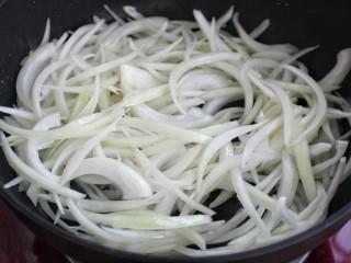 洋葱炒肉丝,就锅中底油放入洋葱丝翻炒均匀