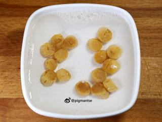 蚝香瑶柱双骨粥,取20克瑶柱,用清水泡1小时,待其变软