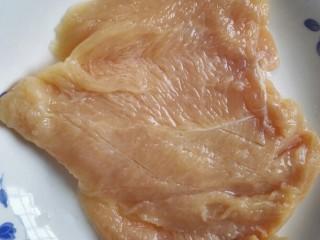 鸡肉卷,从内测把鸡胸肉片成均匀的大块