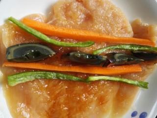 鸡肉卷,将切好的原材料均匀的码放在鸡胸肉上
