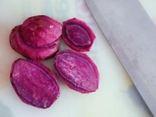 宝宝辅食之紫薯粥,将紫薯切片,以便改刀